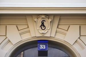 Detail der neuen, mit Fassadenprofilen rekonstruierten Fassade: Zu sehen sind Gurtprofil, Bossensteine, Abschlussstein-Flügelstein inklusive Ornamentplatte, Fensterfasche und Zierstein