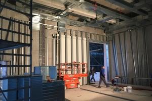 """Unterkonstruktion für die bis zu 6,5 m hohen Vorsatzschalen in den Ausstellungskuben<span class=""""bildnachweis"""">Fotos: Jaeger Ausbau</span>"""