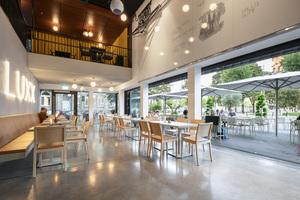 """Das Museums- und Restaurantkonzept als ein weltoffener Ort wird durch die Glas-Faltwand als architektonisches Gestaltungsmittel unterstrichen<span class=""""bildnachweis"""">Fotos: Solarlux / Constantin Meyer</span>"""