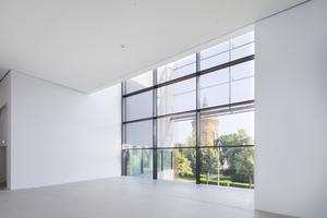 Große Fensterfronten öffnen den Neubau zur Mannheimer Innenstadt und gewähren ungewohnte Perspektiven, etwa auf den historischen Wasserturm