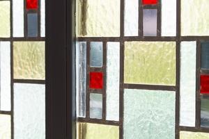 Das Kathedralglas der Kirchenfenster wurde extra angefertigt in die Glas-Faltwand eingesetzt – das Motiv entspricht dem ursprünglichen Kirchenglas