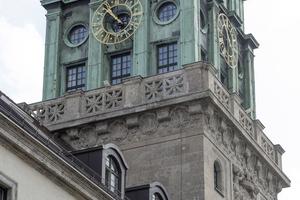 Der grüne Lack der feuerhemmenden Brandschutzfenster nimmt im Uhrenturm des Thierschbaus die grünliche Patina der reichen Kupferverkleidung des Turms auf