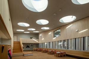 22 Flachdach-Fenster sorgen mit einem Durchmesser von je 1,5 m für viel Tageslicht in der neuen Kita in Garching