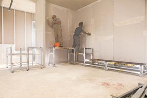 """Ein System für viele Gewerke: Auch im Innenausbau bietet die """"FlexxWork"""" sichere Arbeitsbedingungen<span class=""""bildnachweis"""">Fotos: Günzburger Steigtechnik</span>"""