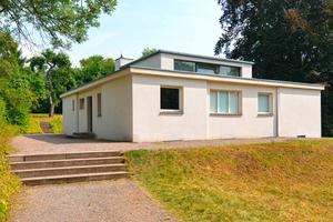 Das Haus am Horn entstand 1923 in Weimar nach einem Entwurf des Bauhaus-Meisters Georg Muche. Ab dem Frühjahr vergangenen Jahres wurde die Putzfassade vollflächig saniert, so dass sich das Gebäude heute pünktlich zum 100-jährigen Bauhaus-Jubiläum wieder im ursprünglichen Erscheinungsbild präsentiert