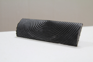Rechts:  Als Werkzeug für die Maseriertechnik geeigneter Gummi-Strukturspachtel (Maserboy)