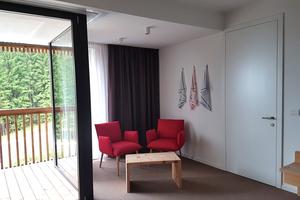 Bei den Zwischentüren in den Hotelzimmern schließt das Türblatt flächenbündig mit der Zarge ab. Die Technik bleibt im Verborgenen und die Tür wird in ihrer minimalistisch-puristischen Ausführung Teil der Wand