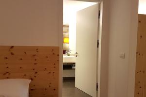 """Wie die Zwischentüren sind die Badezimmertüren mit dem """"Pivota DX38"""" für 60 Kilogramm schwere Türen verbaut. Das Band kommt im Hotel """"Cristal"""" insgesamt 250 Mal zum Einsatz"""