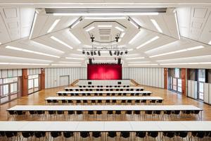 Der große Veranstaltungssaal der Burg Seevetal wurde den Anforderungen des Brandschutzes angepasst und hinsichtlich der Akustik optimiert