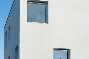 Handwerkskunst trifft Moderne. Der Kammzug unterstreicht die vertikale Ausrichtung des Gebäudes