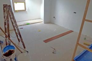 """Das sanierte Schlafzimmer mit neuem Fußbodenaufbau aus """"Gifafloor Presto"""""""