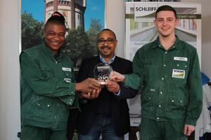 Europäischer Preis für Ausbildung: Als europaweit einziger Mittelständler aus der Bauwirtschaft wird Schleiff 2017 für die Ausbildung junger Menschen zu Maurern und Holz-/ Bautenschützern gewürdigt. Mit Gesellschafter Ingo Reifgerste freuen sich die Nachwuchskräfte Ify Okorie (links) und Patrick Miemitz