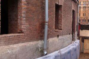 Die Gebäudesockel des Gefängnisses wurden fachgerecht abgedichtet