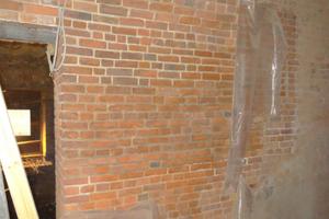 An den stark salzgeschädigten Mauerwerksflächen wurden Entsalzungskompressen eingesetzt