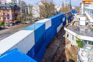 Lärmschutzwand aus Seecontainern beim Abriss einer Schule und einer Tribüne in Frankfurt