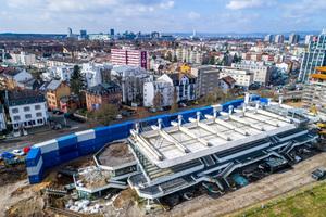 Eine Wand aus blauen und weißen Containern schützt die Anwohner in Frankfurt vor Lärm