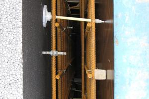Rechts: Schalungsaufbau: Die Dämmplatten wurden mit Thermo-Glasfaserpins fixiert