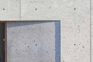 """Die leicht raue Sichtbetonfassade aus Dämmbeton mit ihren Lunkern und Poren am Wohn- und Geschäftshaus K5 in Ulm<span class=""""bildnachweis"""">Foto: Conné van d'Grachten</span>"""