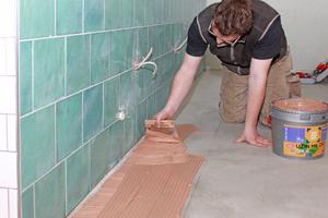 """Die Klebearbeiten am Boden wurden mit dem Premium-Parkettklebstoff """"Uzin MK 250"""" durchgeführt"""