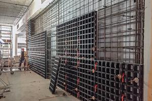 """Kleinformatige, leichte Schalungspaneele mit einfacher Handhabung und Montagelogik: Die Verbundschalung ist ideal für das Schalen von Ortbetonbauteilen bei beengten Platzverhältnissen oder erschwerten Baustellenzugängen<span class=""""bildnachweis"""">Foto: Peri</span>"""