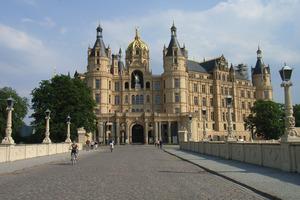 Zum Einsatz kamen die Systeme mit Bremer Muschelkalk von Marbos bereits bei der Sanierung von zahlreichen öffentlichen und privaten Gebäuden – darunter auch denkmalgeschützte Kirchen und Schlösser. Hier im Bild das Schweriner Schloss
