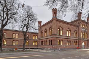 Das nach Plänen des Büros Staab Architekten zur Fakultät für Design umgebaute Zeughaus in München von der Straßenseite aus gesehen