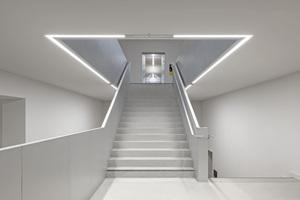 """Umgebautes Treppenhaus mit Aufzügen, die alle Ebenen barrierefrei erschließen<span class=""""bildnachweis"""">Fotos: Oliver Jaist</span>"""