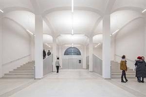 Rechts: Wo ursprünglich die Kutschen vorfuhren, ist nun der ursprüngliche Raumeindruck modern wiederhergestellt