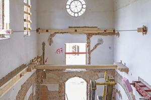 Rechts: In allen Treppenhäusern musste stark in die Bausubstanz eingegriffen und großflächig entkernt werden