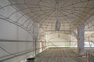 Die neuen flachen Gewölbe sind als Rabitzkonstruktion von der Stahlbetondecke abgehängt