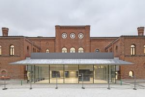 Auf der Rückseite des Gebäudes fügt sich in den ehemaligen Ehrenhof ein transparenter Pavillon mit raumhohen Verglasungen, filigranen Stahlstützen und einem gefalteten Dach ein⇥Fotos: Oliver Jaist