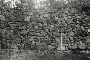 Die Wehrmauer einer Templerkomturei aus dem Mittelalter. Der noch nicht gestörte Wandaufbau zeigt die Gerüsthöhe, die einer gemauerten Schicht entspricht<br />