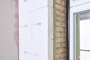 """Vorher sollte das Mauerwerk mit einem Grundputz ausgeglichen werden. Speziell für Tür- oder Fensterlaibungen ist """"TecTem"""" auch als Laibungsplatte erhältlich"""