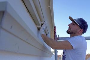 """Die Fassadenprofile werden auf der armierten Oberfläche mit dem """"Pulverkleber 3550"""" befestigt"""