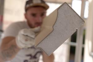 Durch ihr geringes Gewicht, griffige Oberflächen und werkseitig exakt geschnittene Profilenden lassen sich die Brillux Fassadenprofile rationell verarbeiten