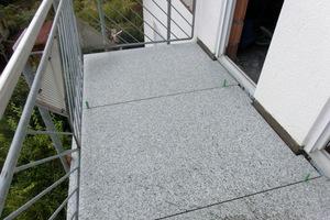 Großformatige Naturwerksteinplatten auf einem West-Balkon; hier werden die Fugen ausschließlich mit Silikon ausgeführt