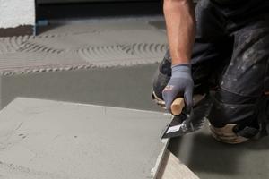 Im Außenbereich ist der beidseitige Kleberauftrag anzuwenden, um Hohlräume unter dem Belag zu minimieren