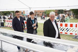 Rekordrichterin Lena Kuhlmann vom Guinnessbuch der Rekorde überprüft die Qualität des Stuckstabes und wird dabei von Lukas Prell (links) und Oliver Heip beraten.<br />