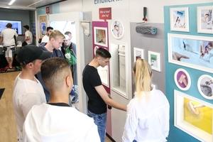 """Der Showtruck von """"Deine Zukunft ist bunt"""" lädt Jugendliche dazu ein, sich über das Maler- und Stuckateurhandwerk zu informieren"""