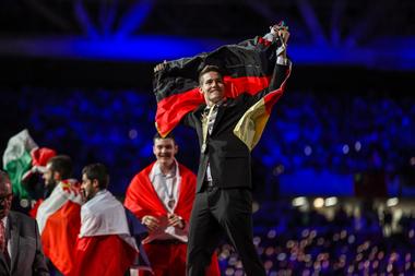 Zimmerer Alexander Bruns feiert seinen Weltmeistertitel