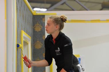 Malerin Jessica Jörges musste vielfältige Aufgaben meistern: hier tapezierenFoto: WorldSkills / Alexandr Alexandrov