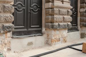 Die Außentreppen sowie die Sandsteinelemente wurden zurückgebaut und das Mauerwerk vorbereitet und gereinigt
