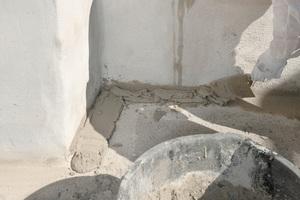 Die Übergänge von vertikalen zu horizontalen Flächen führte man als Verbundhohlkehlen im Radius von 50 mm aus, um fachgerechte Anschlüsse zu gewährleisten