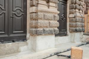 Auch die Übergänge im Türbereich wurden mit dem schnellabbindenden Dichtspachtel vorbehandelt