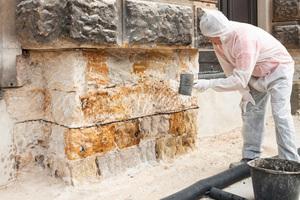 Vornässen des Mauerwerks vor dem Auftrag des Putzsystems (Spritzbewurf + Wassersperrputz)