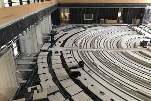 Der historische Sitzungssaal erhielt einen revisionierbaren Hohlraumboden