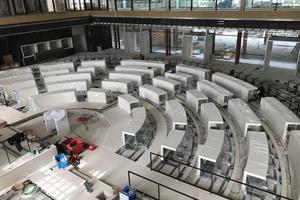Der historische Sitzungssaal erhielt einen revisionierbaren Hohlraumboden und designorientierte Tischanlagen