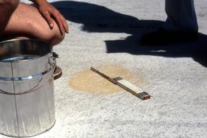 Mit dem Sandflächenverfahren wird die Rautiefe ermittelt