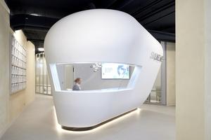 """Das Infocenter inmitten des lichten, großzügigen Raumes im """"smilike.me-Zentrum"""" in Hamburg ist eine Sonderanfertigung von Knauf"""