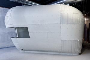 Die dreidimensionale Konstruktion aus Holzspanten mit Metallprofilen erinnert an ein Boots-Skelett
